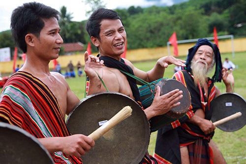 Nghệ nhân Hồ Văn Dinh (phải), xã Trà Bui và các diễn viên biểu diễn múa chiêng truyền thống.