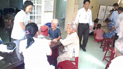 Lương y ở Hội Đông y khám bệnh cho đối tượng chính sách. Ảnh: Đ.D.H.P