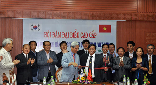 Representatives of Quang Nam province and Osan city sign the Memorandum of Understanding on the cooperation.