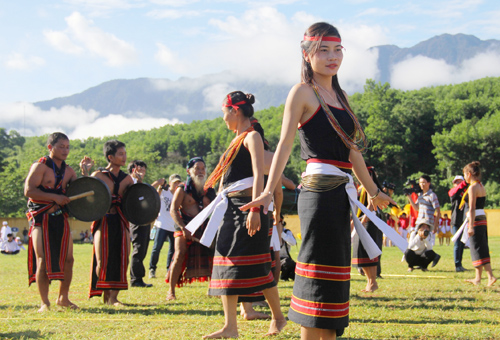 Điệu múa truyền thống của người Ca dong xã Trà Bui, huyện Bắc Trà My.Ảnh: P.GIANG