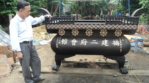 Nghệ nhân Dương Ngọc Thắng bên nồi lư vừa đúc thành công.Ảnh: P.LỘC