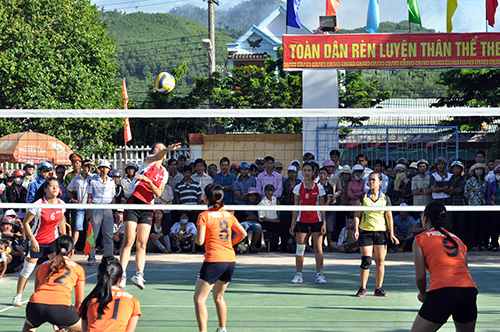 Các trận thi đấu bóng chuyền nữ tại lễ hội luôn hấp dẫn, thu hút đông đảo khán giả. Ảnh: TƯỜNG VY