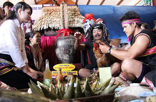 Nghi thức cưới truyền thống của người Bh'noong, Phước Sơn. Ảnh: ALĂNG NGƯỚC.