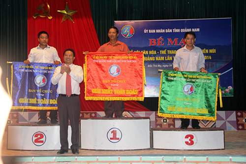 Phó Chủ tịch UBND tỉnh Lê Văn Thanh trao các giải Nhất, Nhì, Ba toàn đoàn cho các đơn vị đoạt giải.
