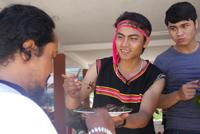 Arất Căm giới thiệu những món ẩm thực truyền thống của người Bh'noong cho đồng bào Cơ Tu quê mình.