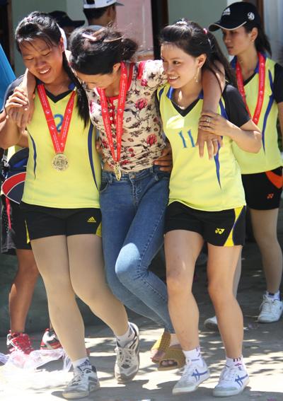 Các nữ vận động viên huyện Bắc Trà My dìu đồng đội bị chấn thương lên nhận giải.