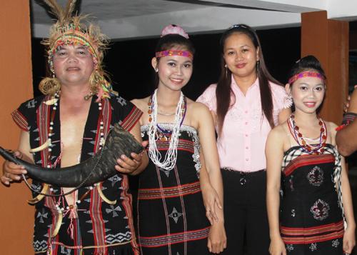 Du khách chụp ảnh cùng anh Alăng Sơn và hai cô con gái Alăng Thị Pari và Alăng Thị Parai tại lễ hội.