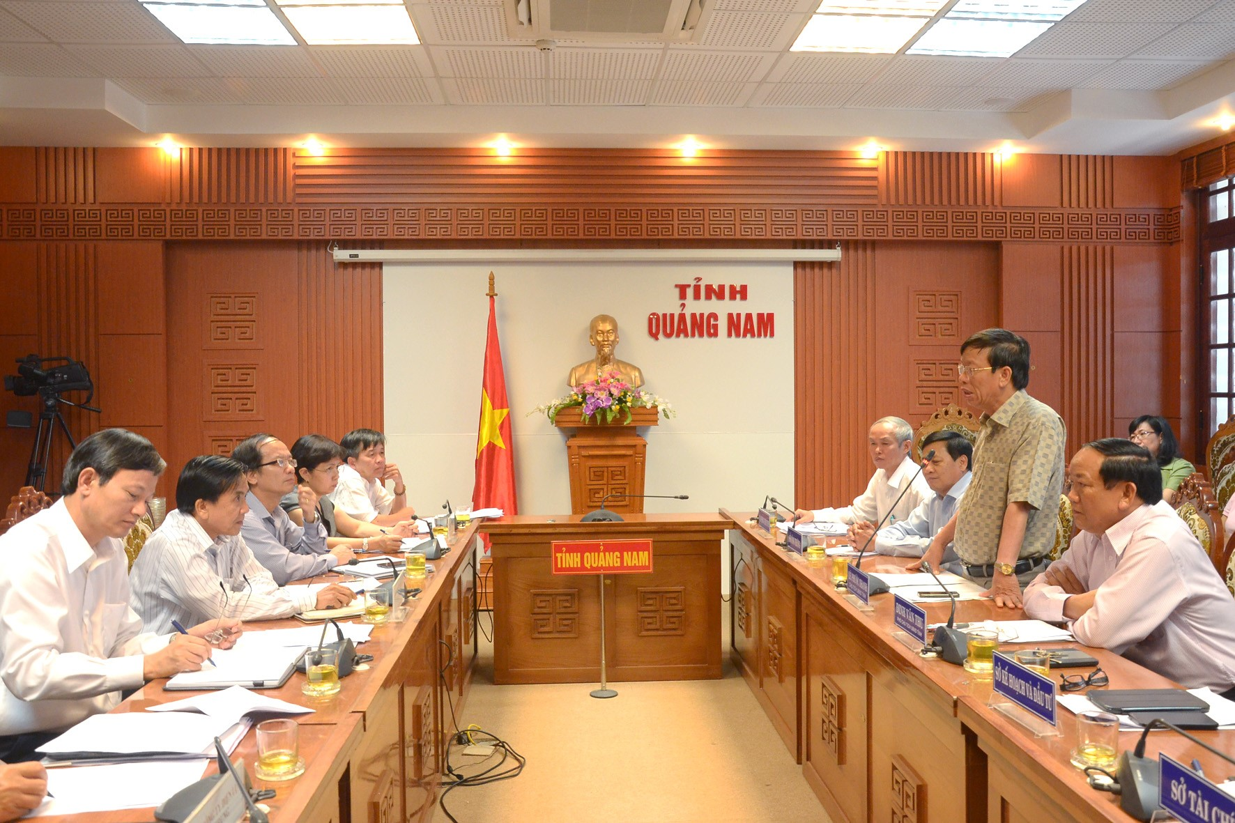 A working session between the leaders of Quang Nam provincial People's Committee and the Central Power Corporation about the project of the new power source for Cham Islands.