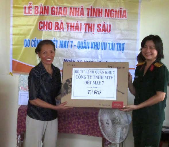 Tặng quà cho bà Thái Thị Sáu ở xã Duy Trung.