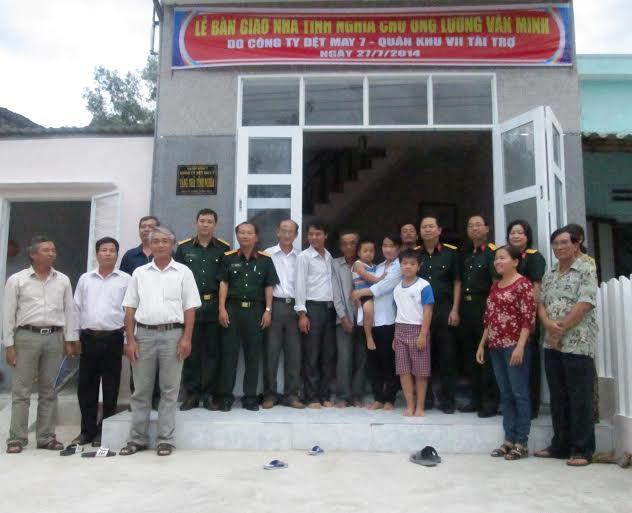 Trao nhà tình nghĩa cho ông Lương Văn Minh trú xã Duy Sơn vào chiều 2.8