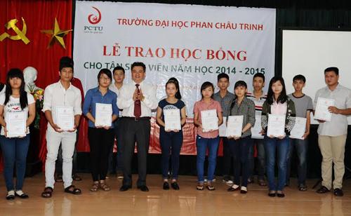 Phó hiệu trưởng trường Đại học Phan Châu Trinh trao học bổng Phan Châu Trinh cho tân sinh viên.