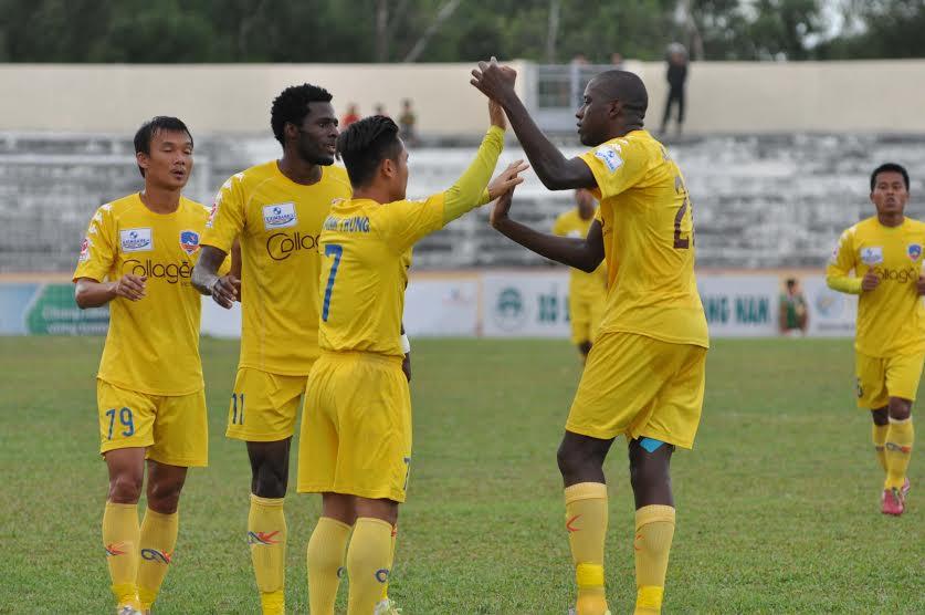 Các đồng đội chia vui với Thanh Trung sau khi ghi bàn.