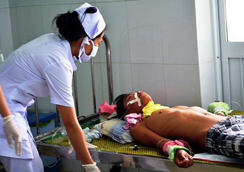 Cháu Nguyễn Ngọc H. đang được điều trị tại bệnh viện Nhi Quảng Nam, Ảnh: C.T.V
