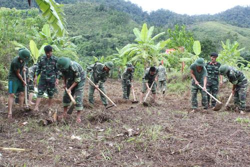 Cán bộ chiến sĩ Bộ CHQS tỉnh giúp dân xã Ma Cooih khai hoang ruộng lúa nước.                                        Ảnh: T.A