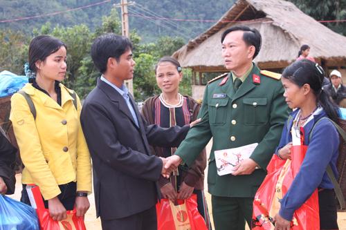 Đại tá Đoàn Thế Tùng, Phó Chính ủy Bộ CHQS tỉnh tặng quà cho đồng bào dân tộc thiểu số.                                                              Ảnh: Tuấn Anh
