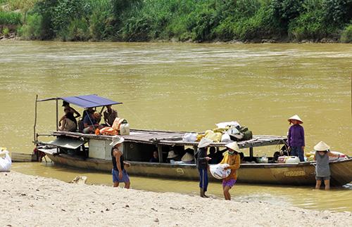 Bến sông nơi đầu nguồn Vu Gia.  Ảnh:  TRỊNH DŨNG