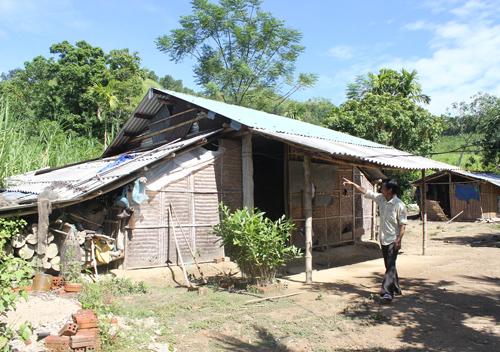 Ông Khánh không đồng ý khi được nâng lên hộ cận nghèo vì cho rằng mình ở nhà tạm và đau ốm triền miên.                                                        Ảnh: D.LỆ