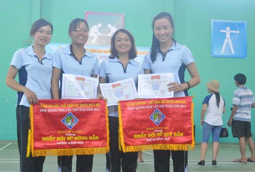 Bốn cô gái đem lại 3 HCV bắn ná, bắn nỏ cho huyện Tiên Phước.Ảnh: A.SẮC