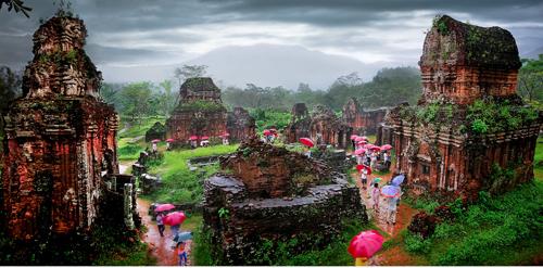 Lê Trọng Khang - Tháp cổ ngày mưa (huy chương bạc).