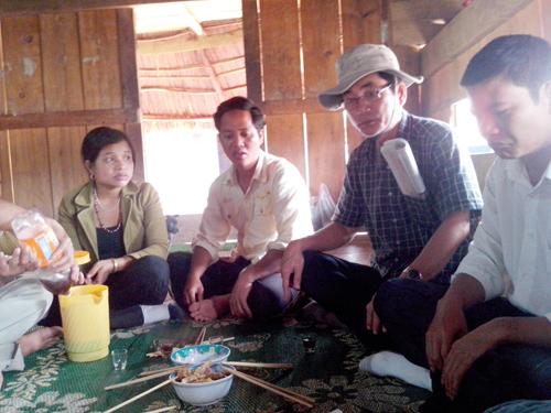 Nhạc sĩ Huy Hùng (đội mũ) trò chuyện với bà con Cơ Tu ở Tây Giang. Ảnh: N.KẾT