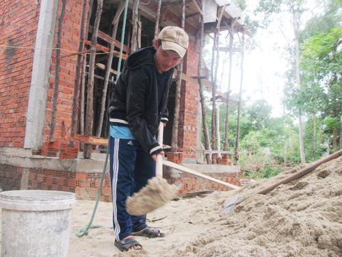 Nguyễn Văn Bình tranh thủ đi phụ hồ kiếm tiền nhập học.