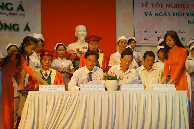 Ký kết biên bản tiếp nhận các tân điều dưỡng giữa lãnh đạo trường Đại học Đông Á và đại diện 3 bệnh viện.