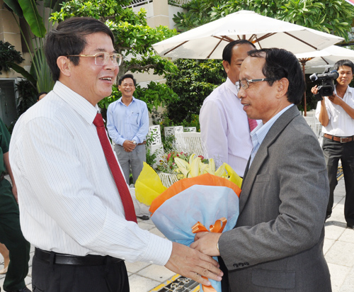 Quang Nam provincial Party Secretary Nguyen Duc Hai (left) welcomes Sekong Governor Kamphoi Butdavien, 7th August. Photo: X.NGHIA