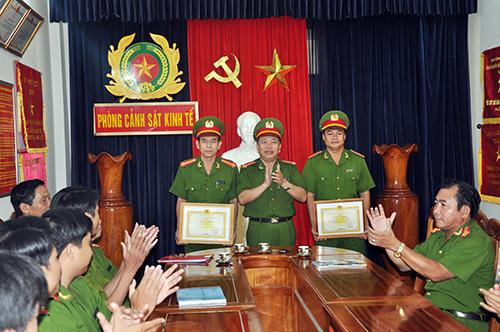 Đại tá Phan Ngọc Ngự - Phó Giám đốc Công an tỉnh tặng giấy khen của Giám đốc Công an tỉnh cho các cá nhân Phòng PC46 có thành tích xuất sắc trong công tác. Ảnh: PHƯƠNG NAM