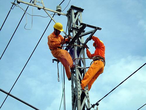 Công nhân điện lực ở Nam Giang luôn vượt khó hoàn thành nhiệm vụ. Ảnh: T. LỘ