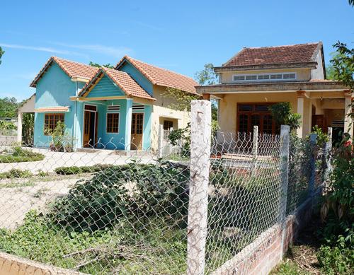 Nhà bà Băng (phía trái) xây tường rào, chiếm qua phần đất trước nhà của bà Thúy.