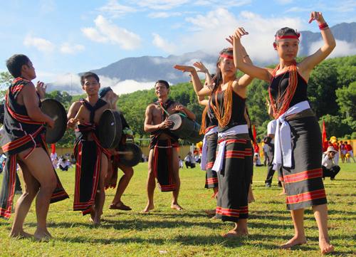 Đội cồng chiêng xã Trà Bui biểu diễn tiết mục múa cồng chiêng truyền thống. Ảnh: ALĂNG NGƯỚC