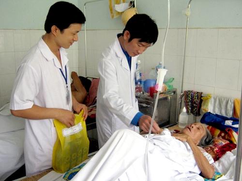 Đoàn viên thanh niên BVĐK Quảng Nam tặng quà và khám bệnh cho các đối tượng chính sách. Ảnh: B.Đ.Q