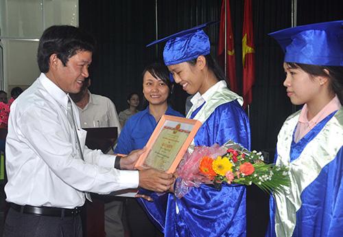 TS.Huỳnh Trọng Dương-Hiệu trưởng Trường Đại học Quảng Nam tặng giấy khen cho Nguyễn Thị Lệ - sinh viên tốt nghiệp xuất sắc duy nhất của trường
