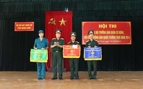 Đại tá Phạm Xuân Thiện, Phó CHT-TMT Bộ CHQS tỉnh trao giải toàn năng cho các cá nhân tại hội thi.