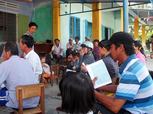 Rất đông phụ huynh đưa con đến trường trong sáng 14.8.