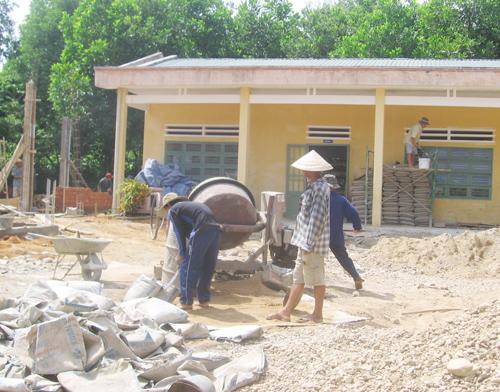 Công trình trường Mẫu giáo Sơn Ca ( xã Tiên Cảnh) đang được đẩy nhanh tiến độ.Ảnh: P.HOÀNG