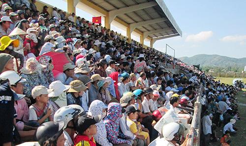 Hàng nghìn khán giả đến sân vận động Quế Sơn cổ vũ các đội thi đấu.