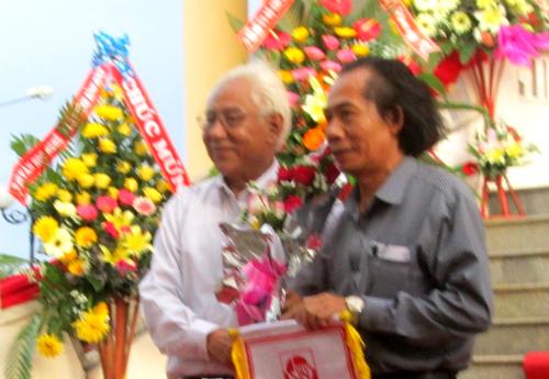 Đại diện đoàn Quảng Nam nhận cờ đăng cai tổ chức triển lãm lần kế tiếp.