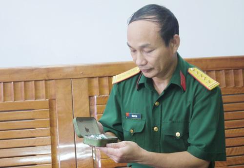 Đại tá Võ Huy Tâm với kỷ vật mẹ trao. Ảnh: NGỌC DIỆP