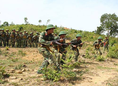 Quân nhân dự bị hạng 2 lên hạng 1 huấn luyện trên chiến trường. Ảnh: TUẤN ANH