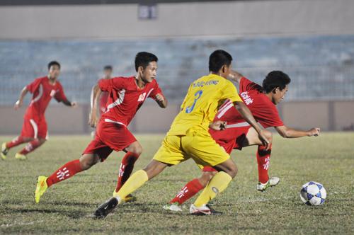 Trận đấu giữa U21 QNK Quảng Nam (áo vàng) gặp XM The Vissai Ninh Bình (áo đỏ)