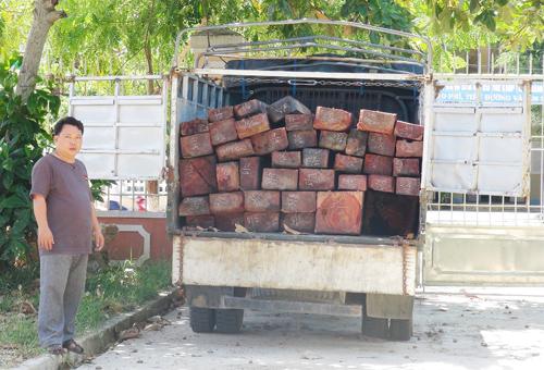 Tài xế Bình cùng chiếc xe chở gỗ lậu.