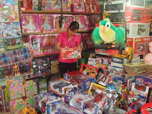Giữa thế giới đồ chơi trẻ em, người lớn cần tỉnh táo chọn đồ chơi an toàn, hiệu quả.Ảnh: THỤC ANH