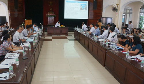 Các đại biểu nghe cơ quan y tế trình bày những nguy cơ do dịch Ebola gây ra.