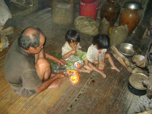 Hai cháu nhỏ ở nhà với ông nội khi hai cháu lớn lên rẫy với bà.