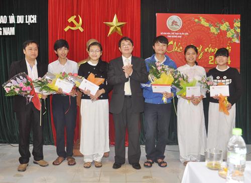 Bí thư Tỉnh ủy Nguyễn Đức Hải tặng hoa chúc mừng thầy Diệp Tình (ngoài cùng bên phải) và các em học sinh đoạt giải tại kỳ thi Học sinh giỏi quốc gia năm học 2013 – 2014. Ảnh: T.V