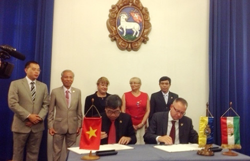 Mr Le Van Giang,  Chairman of the People's Committee of Hoi An city and Governor of Szentendre city sign the Twinning Agreement.