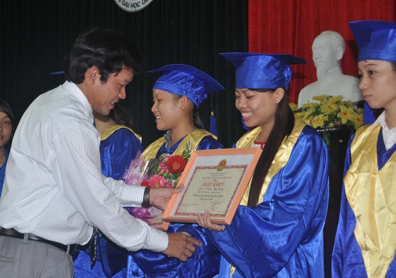 TS.Huỳnh Trọng Dương - Hiệu trưởng Trường Đại học Quảng Nam trao giấy khen cho các sinh viên tốt nghiệp loại giỏi.