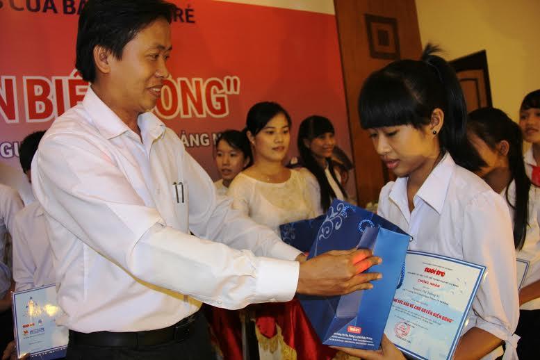 Lãnh đạo Tỉnh đoàn Quảng Nam trao học bổng cho con em kiểm ngư, cảnh sát biển, ngư dân TP.à Nẵng, Quảng Nam. Ảnh: Lê Võ