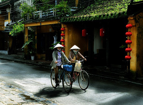 Hoi An city has attracted tourists by its ancient figures created by side by side small and moss (grown) houses